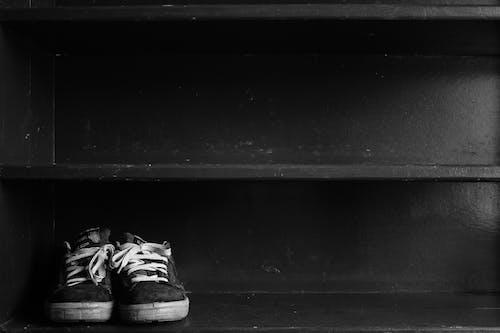 블랙 앤 화이트, 선반, 스니커즈, 신발의 무료 스톡 사진