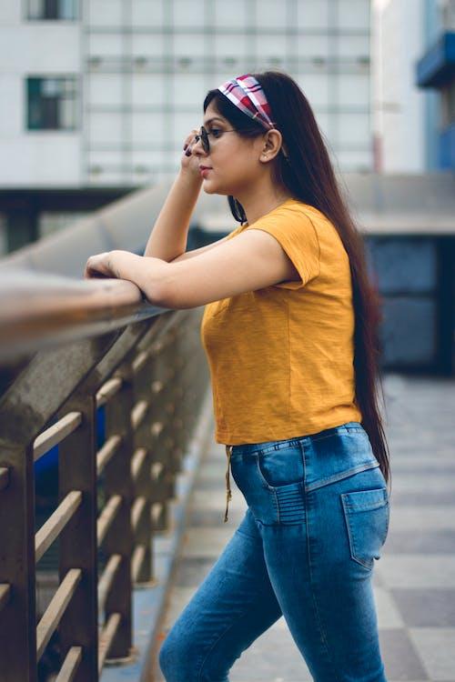 Mujer Con Gafas De Sol Cerca De Edificios De Gran Altura