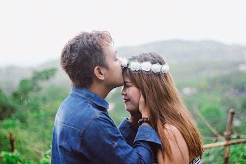 Ảnh lưu trữ miễn phí về ánh sáng ban ngày, con gái, cùng với nhau, hôn