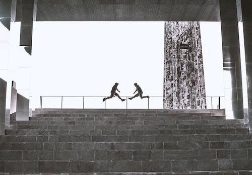 Ilmainen kuvapankkikuva tunnisteilla arkkitehtuuri, asu, hypätä, hyppiminen