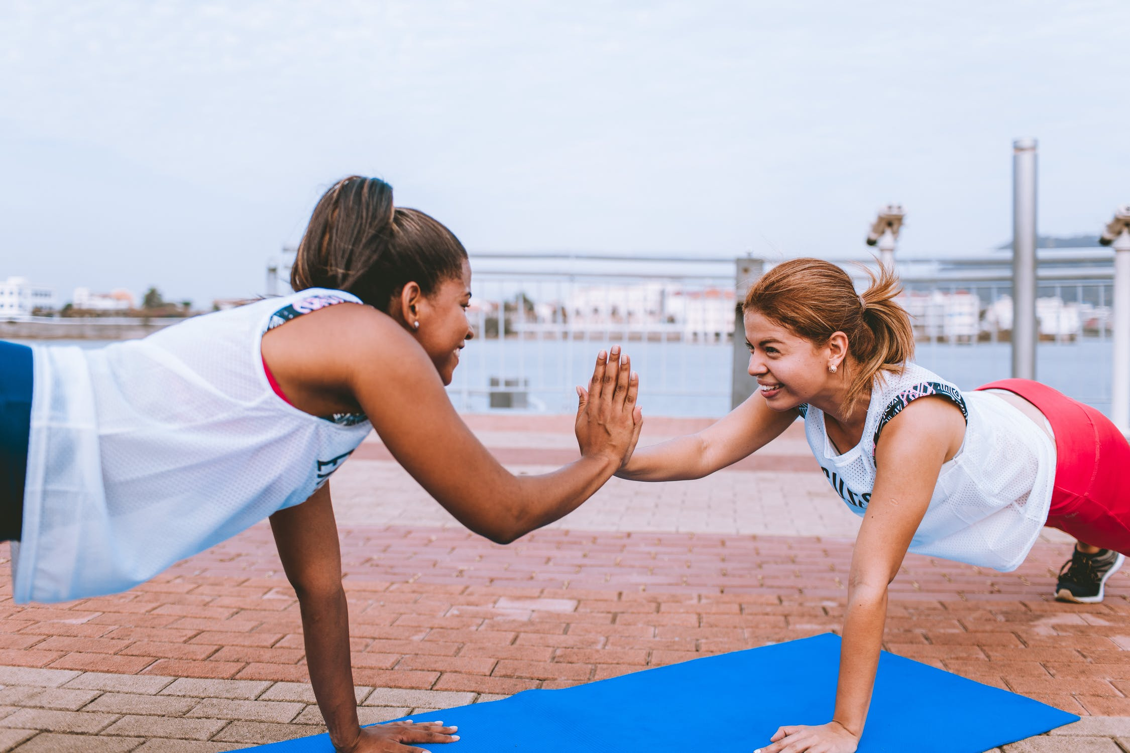 Rutina matutina: amigas entrenando