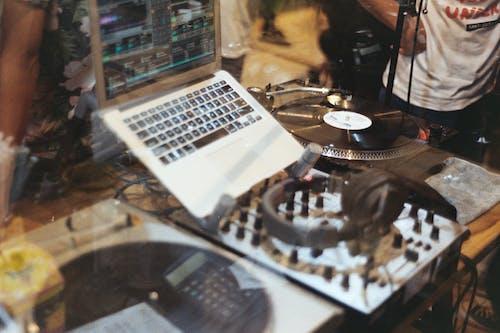 Δωρεάν στοκ φωτογραφιών με dj, DJ Mixer, jockey δίσκου, laptop