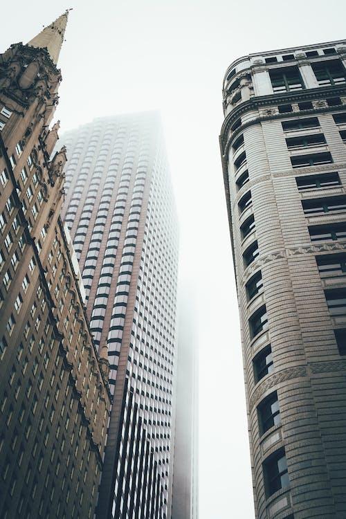 bakış açısı, binalar, buğulu, dar açılı fotoğraf içeren Ücretsiz stok fotoğraf