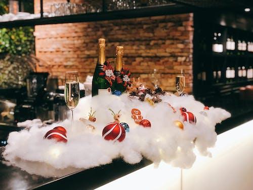 Foto profissional grátis de bebida alcoólica, bolas de Natal, celebração, decorações de Natal