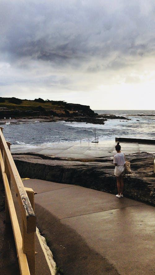 Kostenloses Stock Foto zu frau, horizont, landschaft, landschaftlich