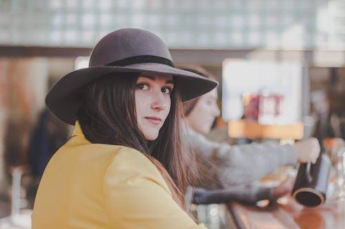 Foto d'estoc gratuïta de barret, bonic, desgast, dona