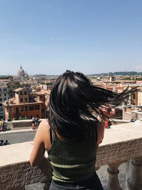 Immagine gratuita di architettura, capelli, cittadina, donna