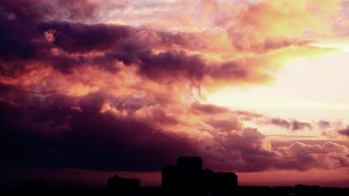 Gratis arkivbilde med bygninger, daggry, himmel, mørk