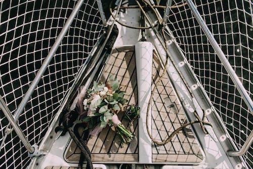 결혼 반지, 결혼식 부케, 그물, 꽃다발의 무료 스톡 사진