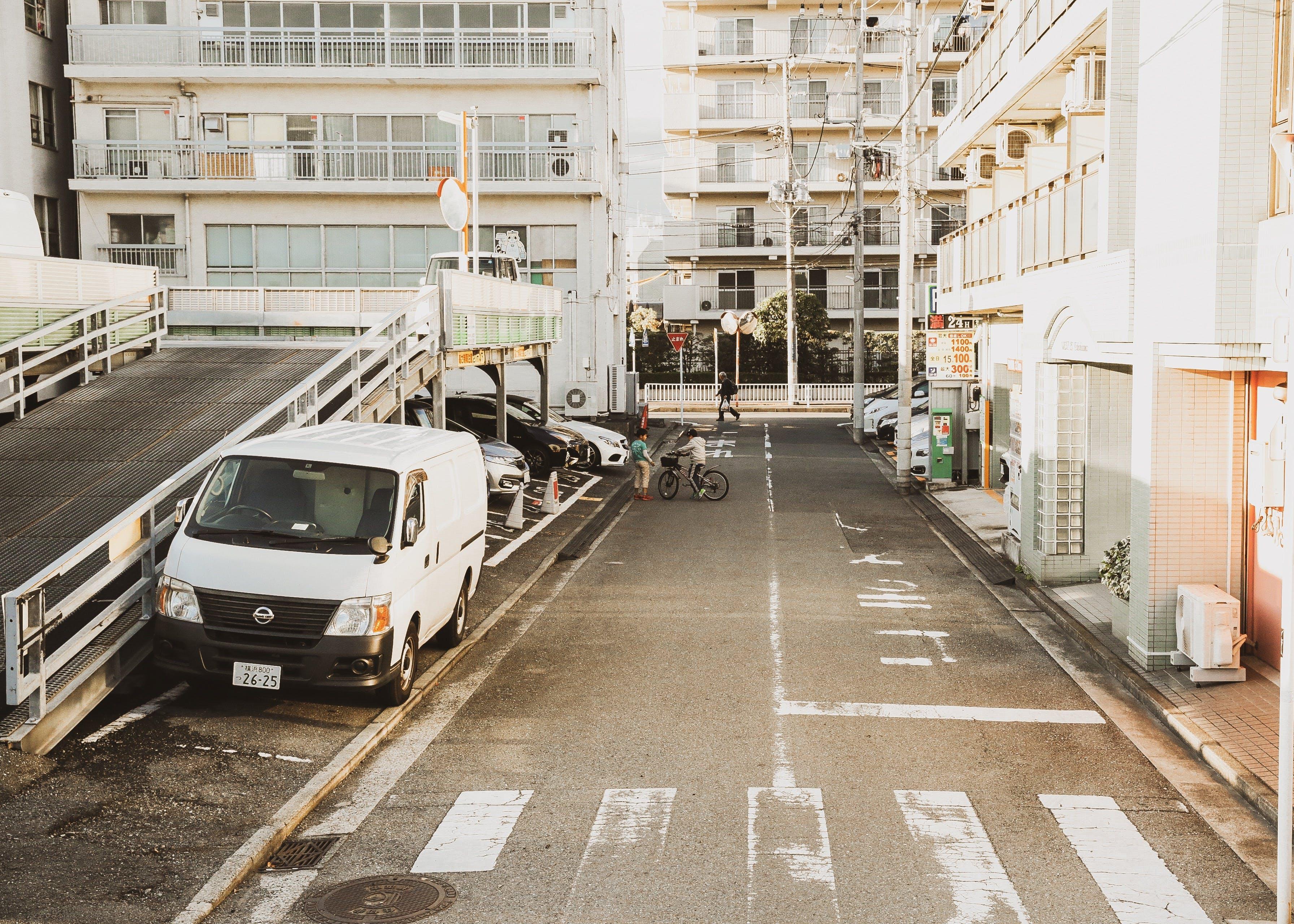 Kostenloses Stock Foto zu apartments, architektur, autos, fahrrad