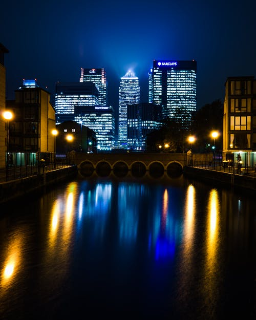 Foto stok gratis bangunan, bayangan, cahaya, depan sungai