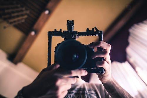 Foto stok gratis berbayang, berfokus, dalam ruangan, fotografer