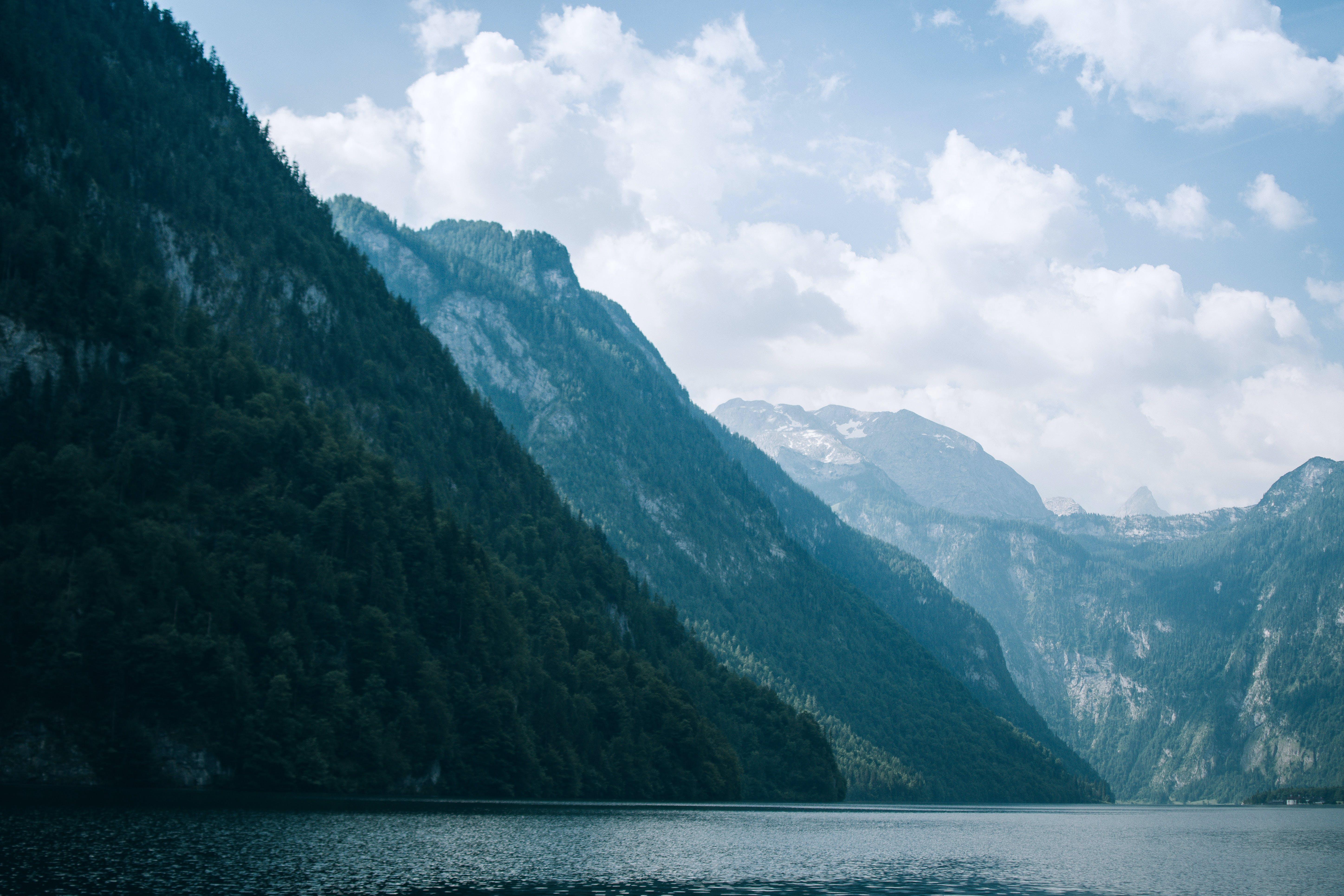 Ingyenes stockfotó fák, festői, hegyek, napfény témában