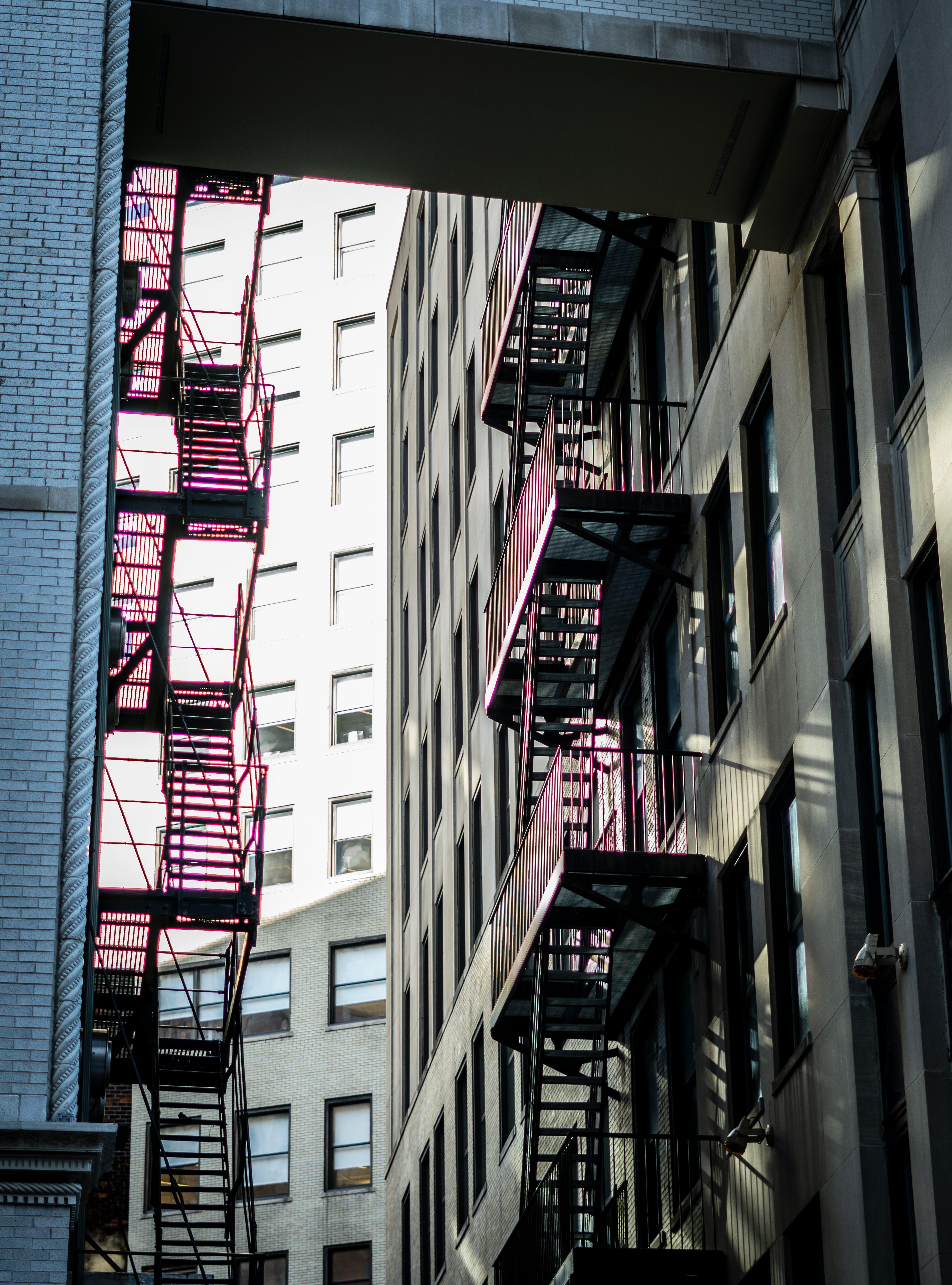 Ilmainen kuvapankkikuva tunnisteilla arkkitehtuuri, hätäuloskäynti, ikkunat, paloportaat