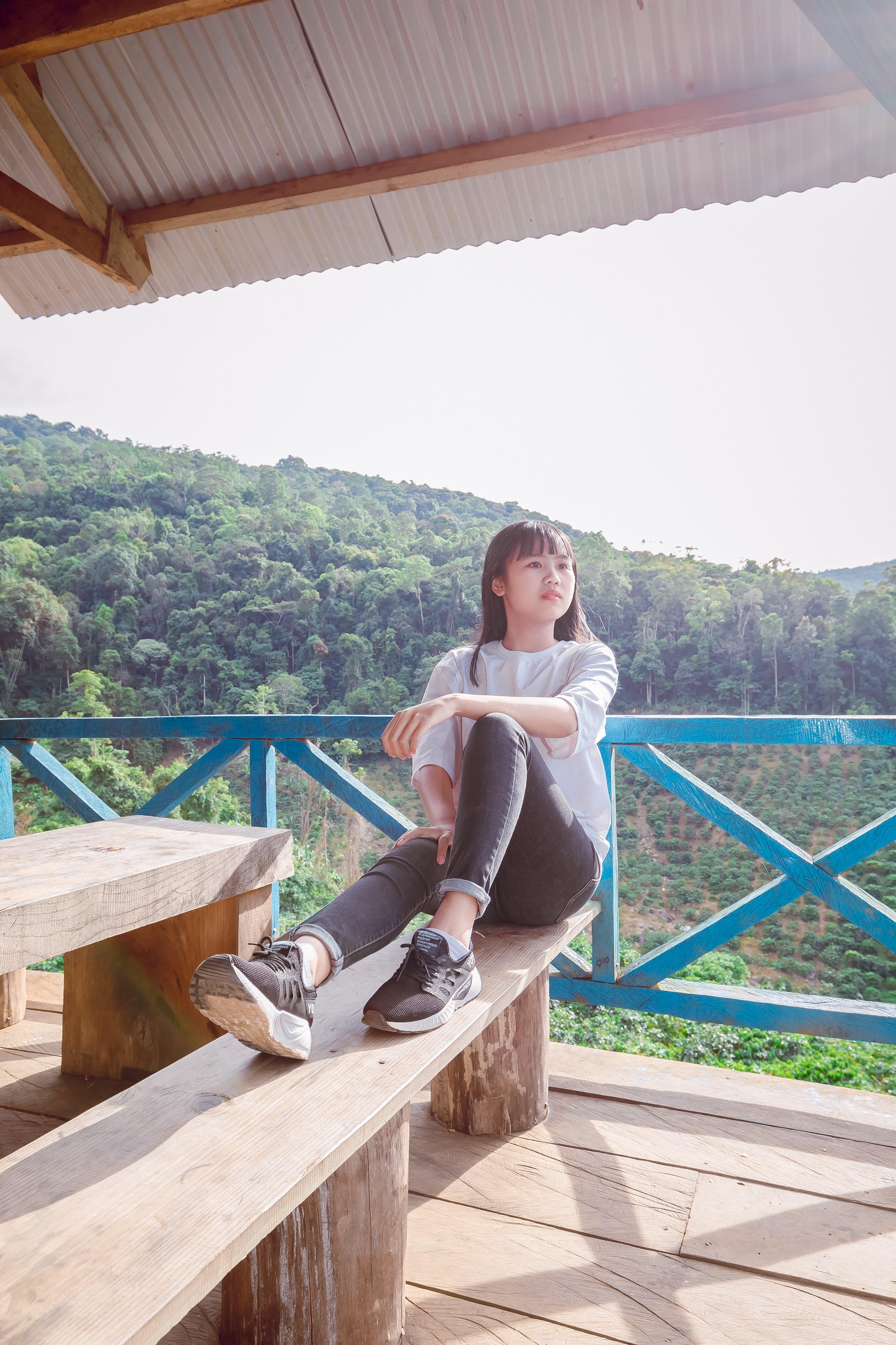 Kostenloses Stock Foto zu asiatin, asiatische frau, balkon, bank