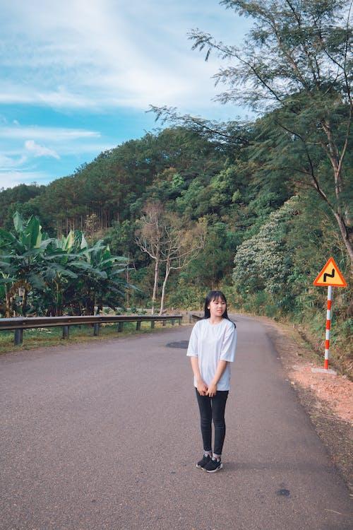 Základová fotografie zdarma na téma asijská holka, bílé tričko, cestovní ruch, denní světlo