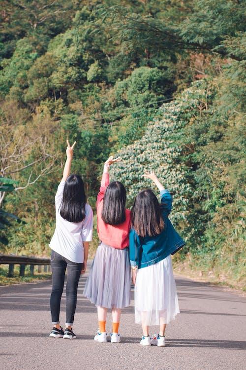 Gratis arkivbilde med asiatiske jenter, dagslys, gate, grønn