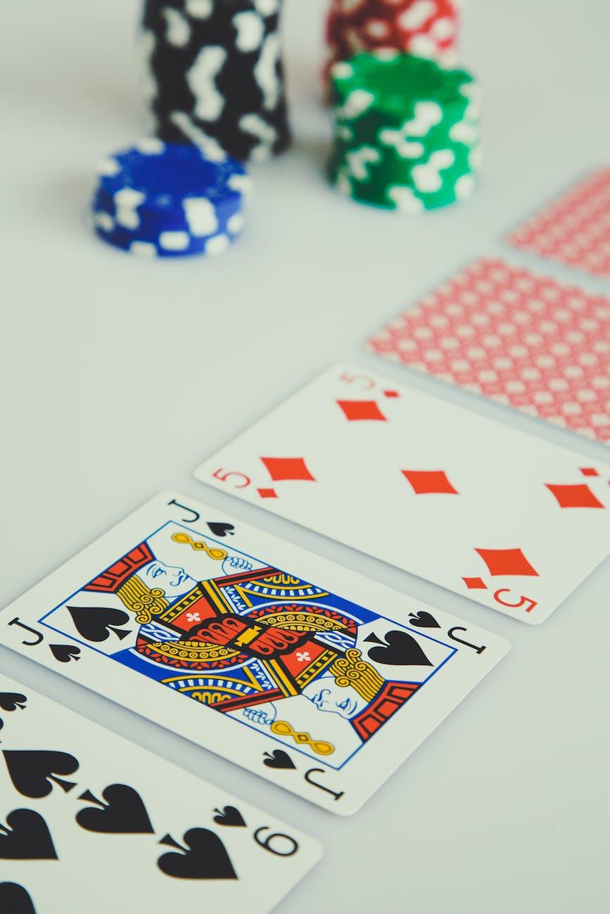 Drie casinokaarten open met 2 gedekte kaarten en enkele casinofiches