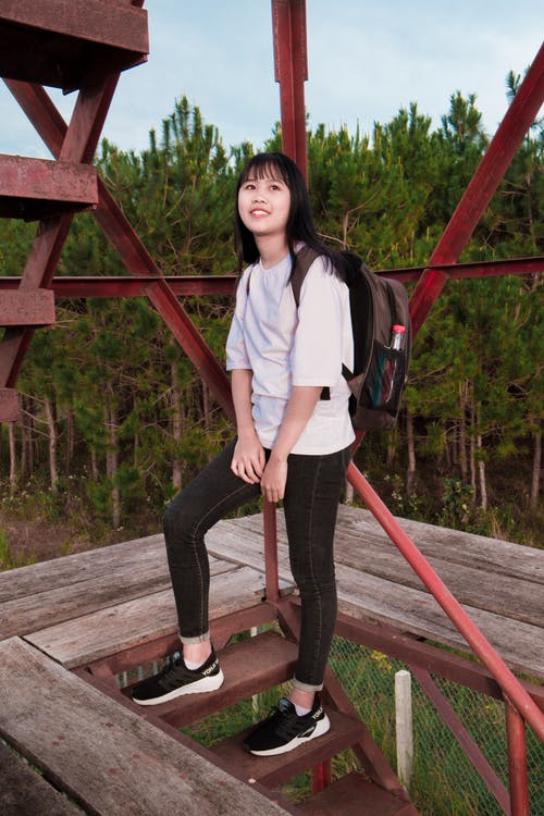 계단, 귀여운 소녀, 나무, 녹색의 무료 스톡 사진