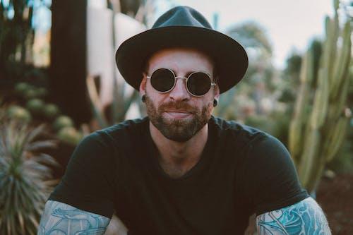 선글라스를 착용 한 남자의 사진