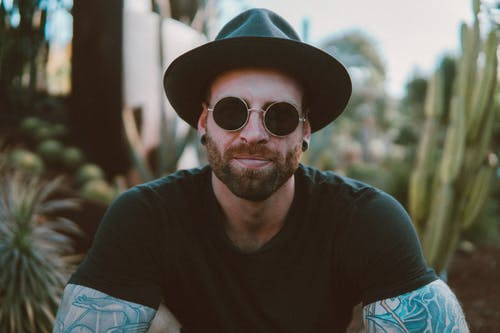 Foto Des Mannes, Der Sonnenbrille Trägt