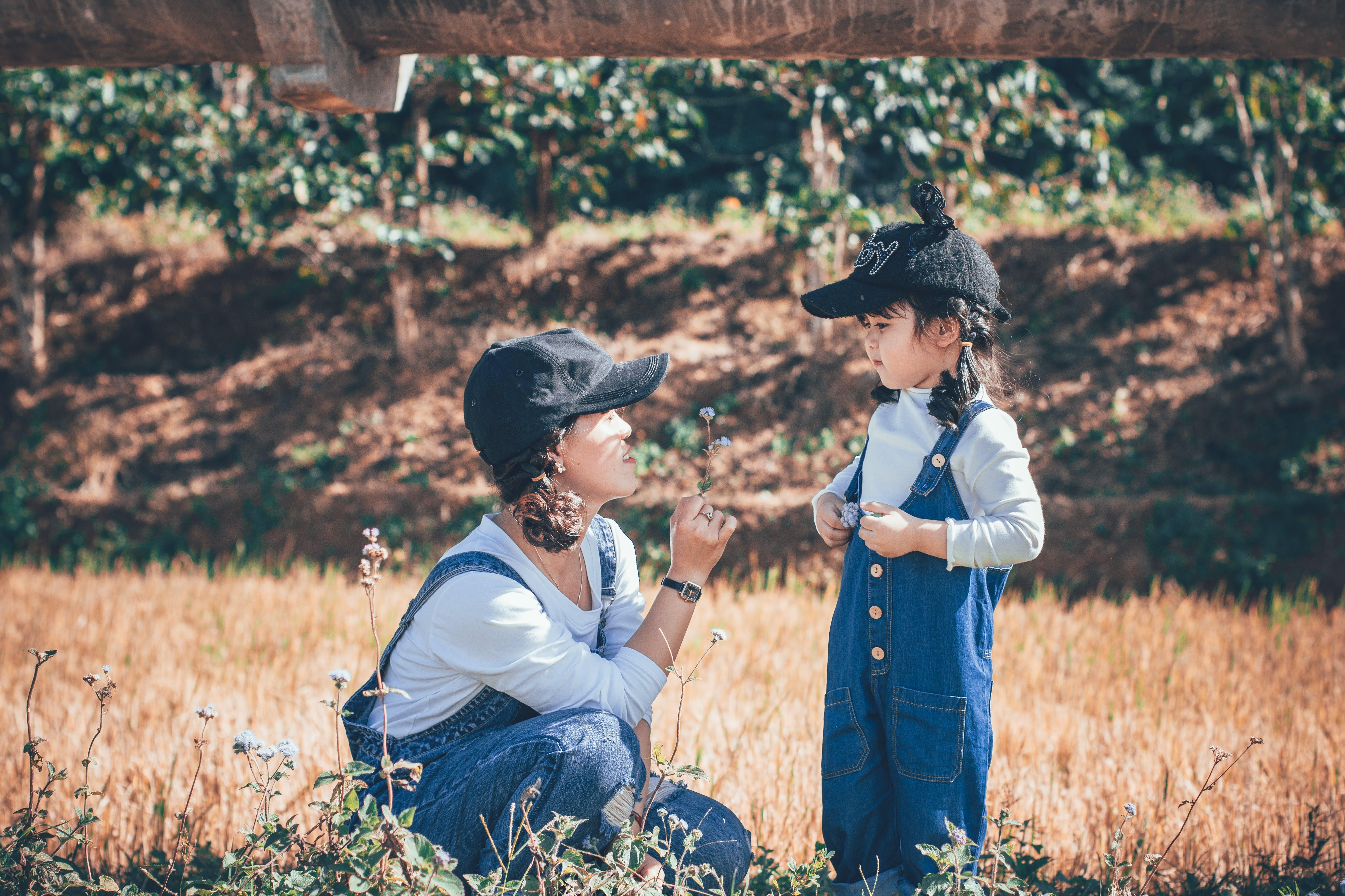 Kostnadsfri bild av åkermark, barn, flicka, gräs