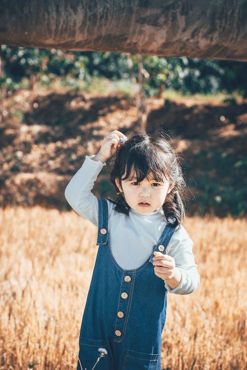 Ingyenes stockfotó aranyos, ázsiai gyermek, fű, gyermek témában