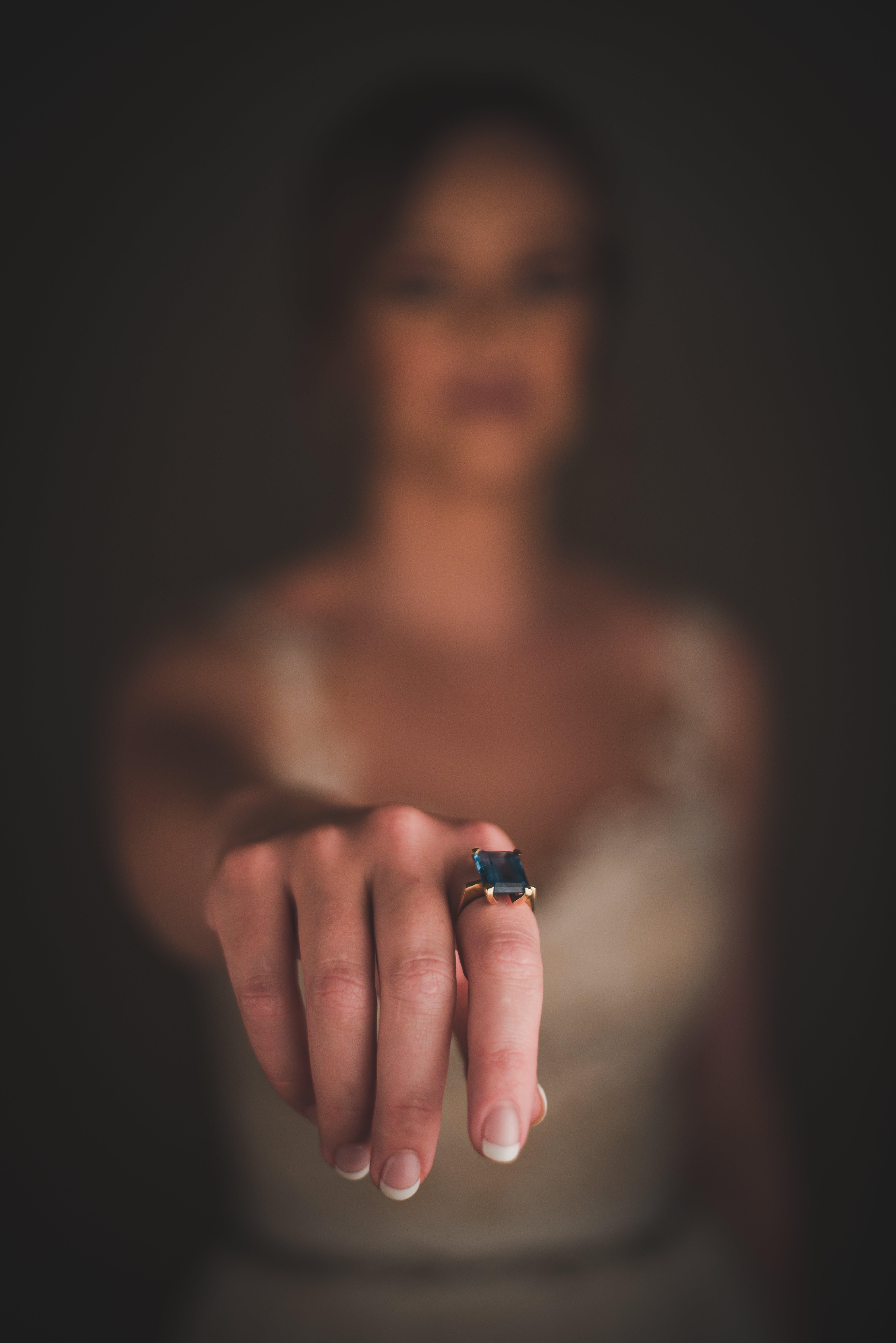 Foto d'estoc gratuïta de accessori, anell, dits, dona