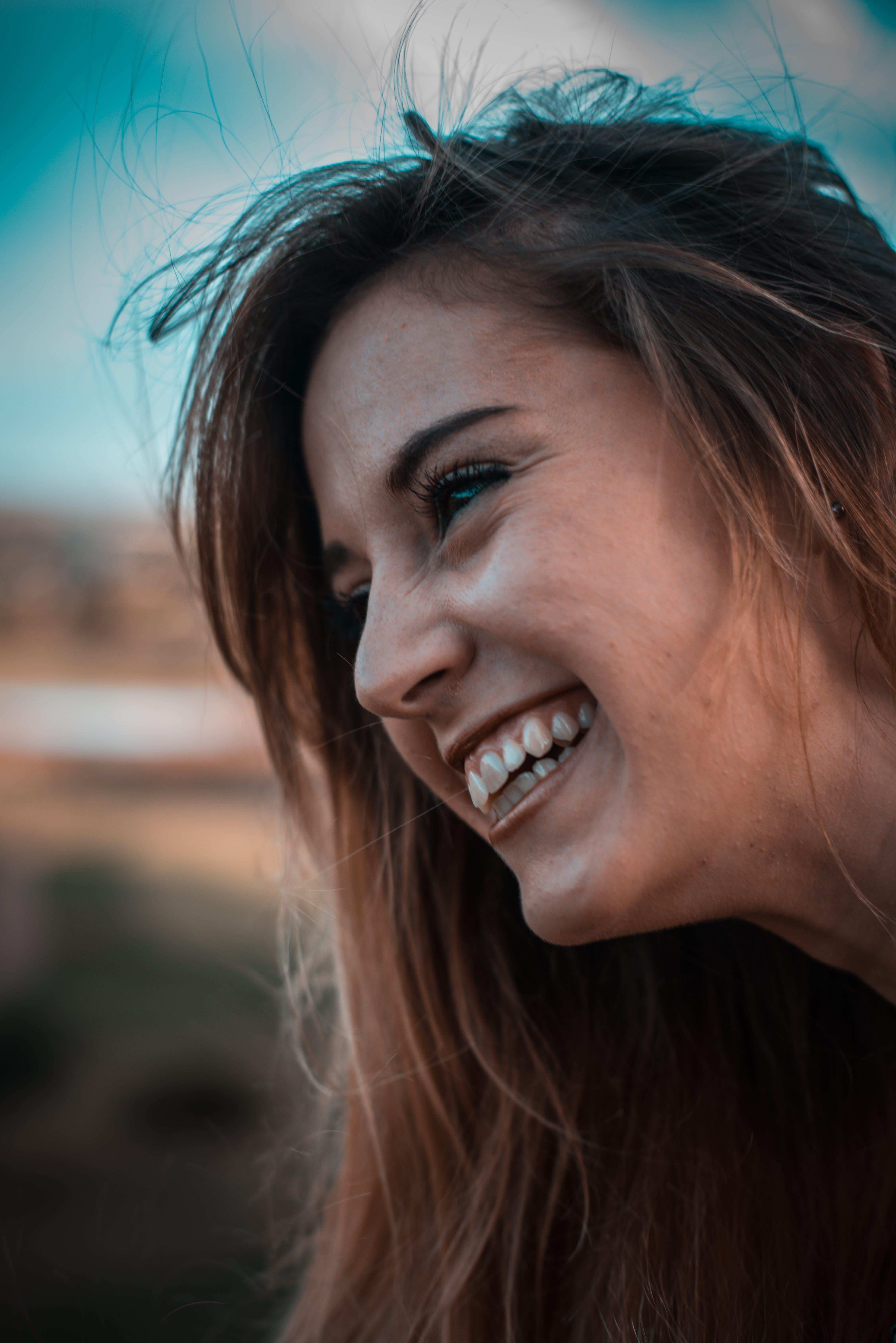 Gratis lagerfoto af brunette, close-up, grin, kvinde