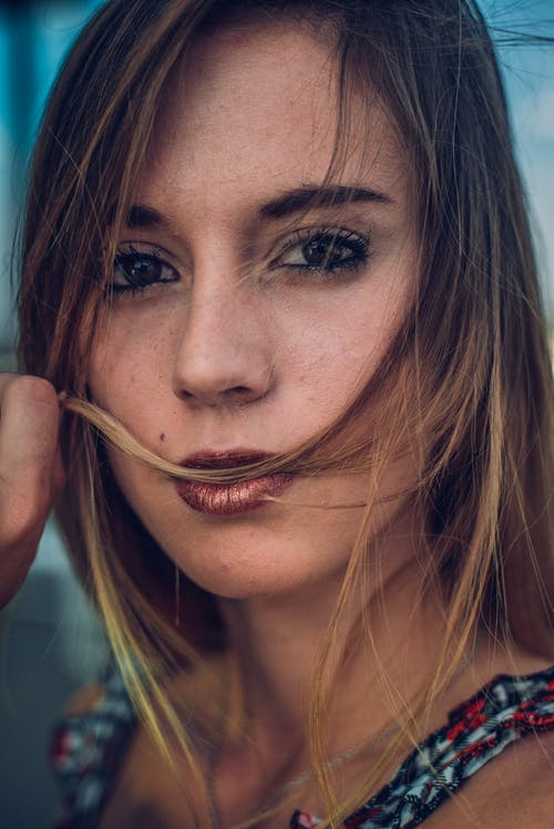 Gratis arkivbilde med ansiktsuttrykk, attraktiv, bruke, dame