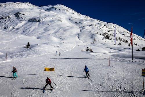 Foto stok gratis bermain ski, gunung salju, main ski, olahraga