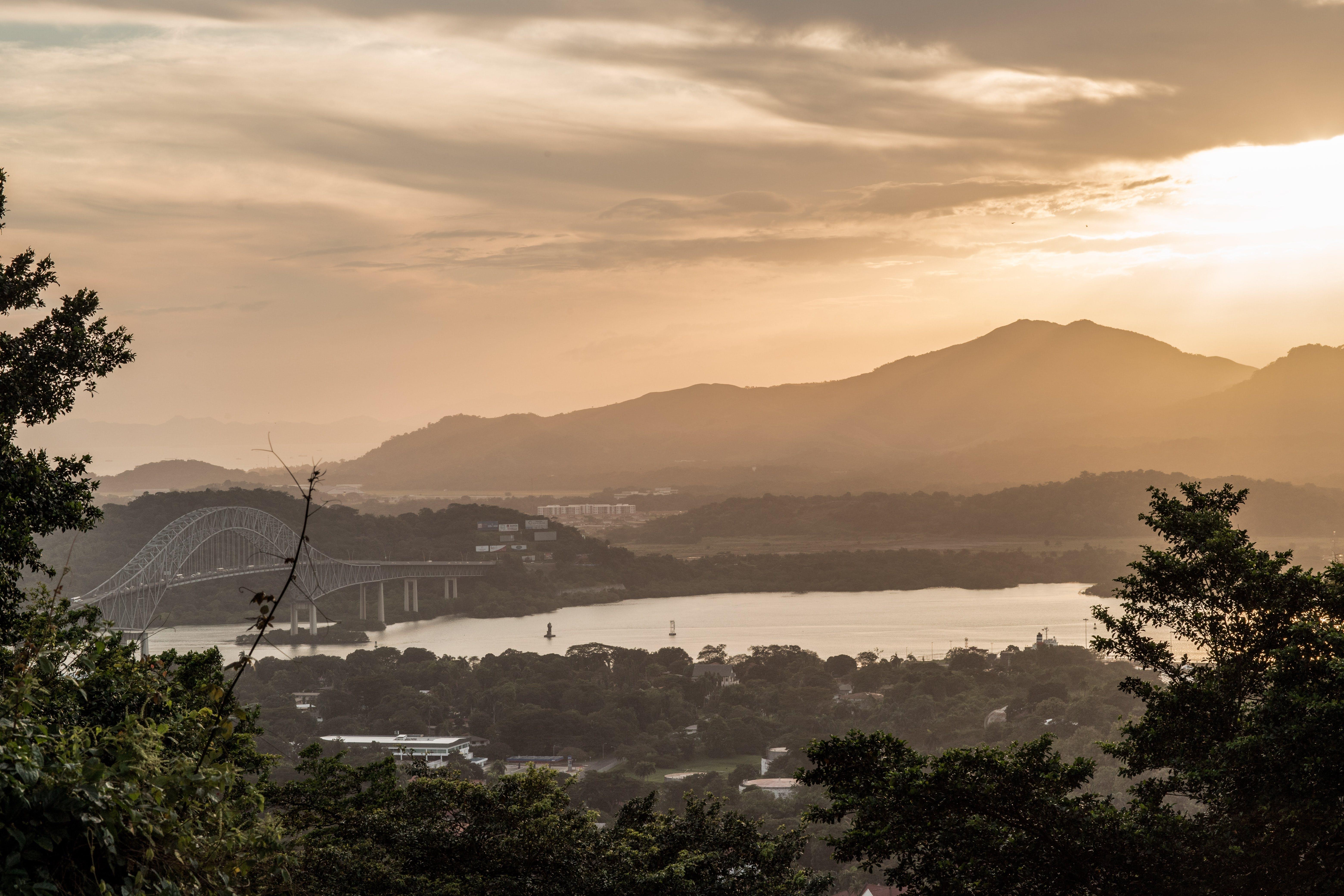 ağaçlar, altın saat, bulutlar, dağlar içeren Ücretsiz stok fotoğraf