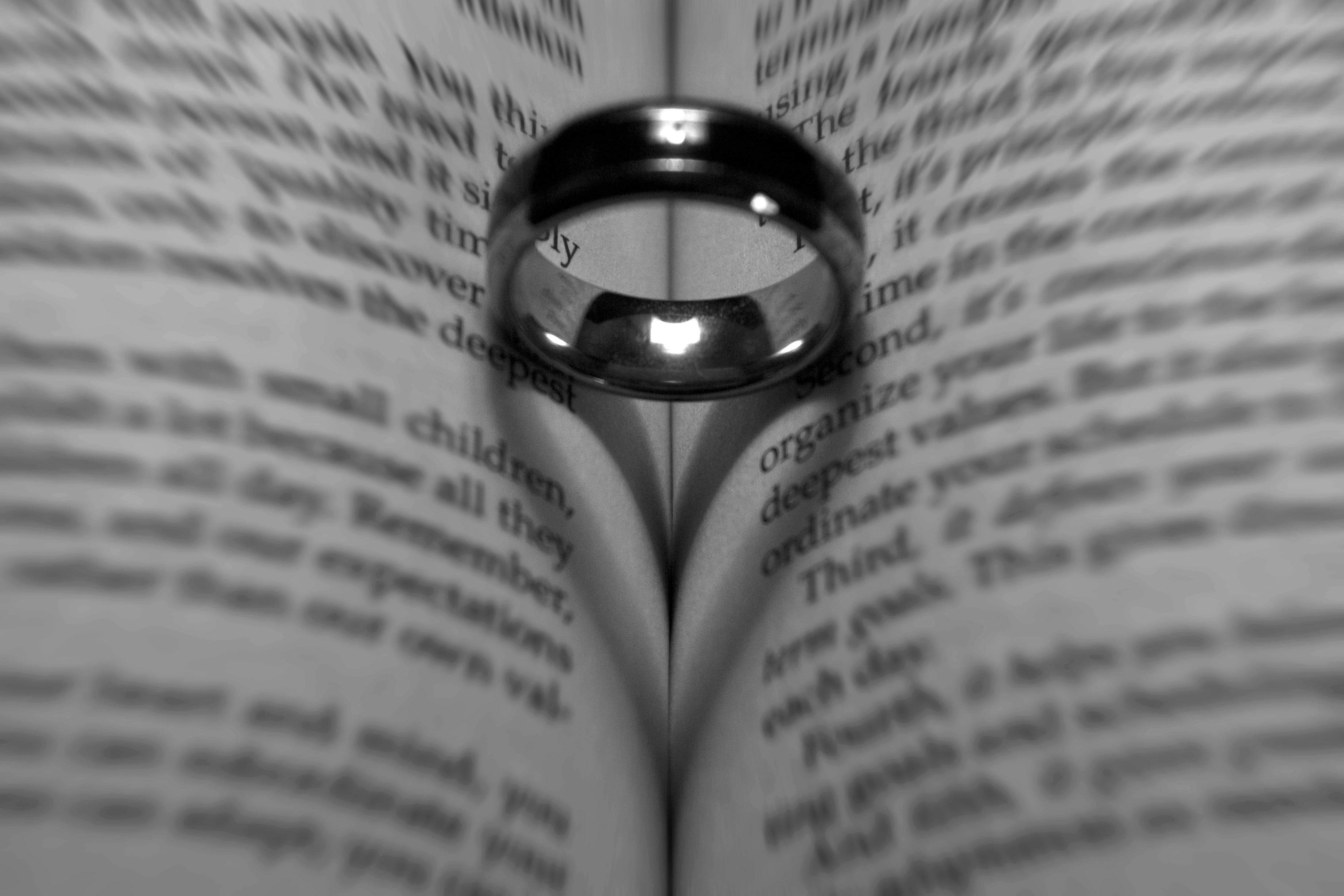 Kostenloses Stock Foto zu liebe, ring, schatten, schwarz und weiß