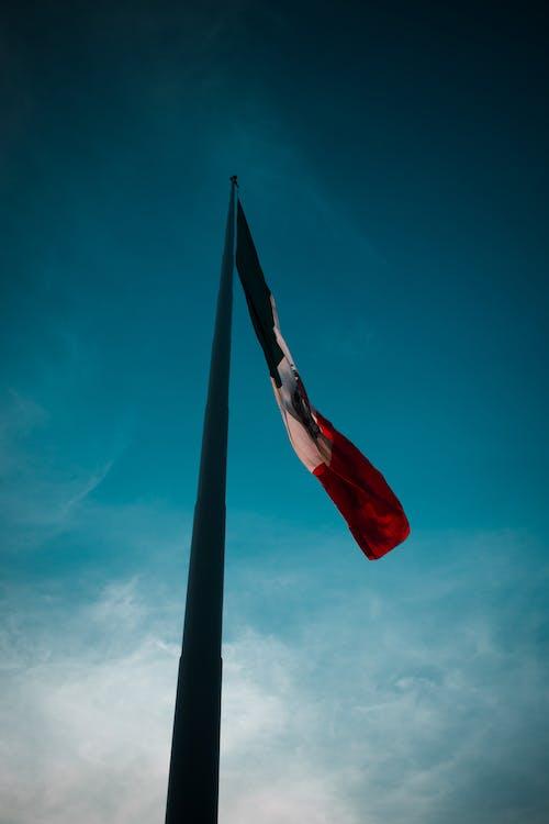 Foto profissional grátis de bandera, céu, céu azul