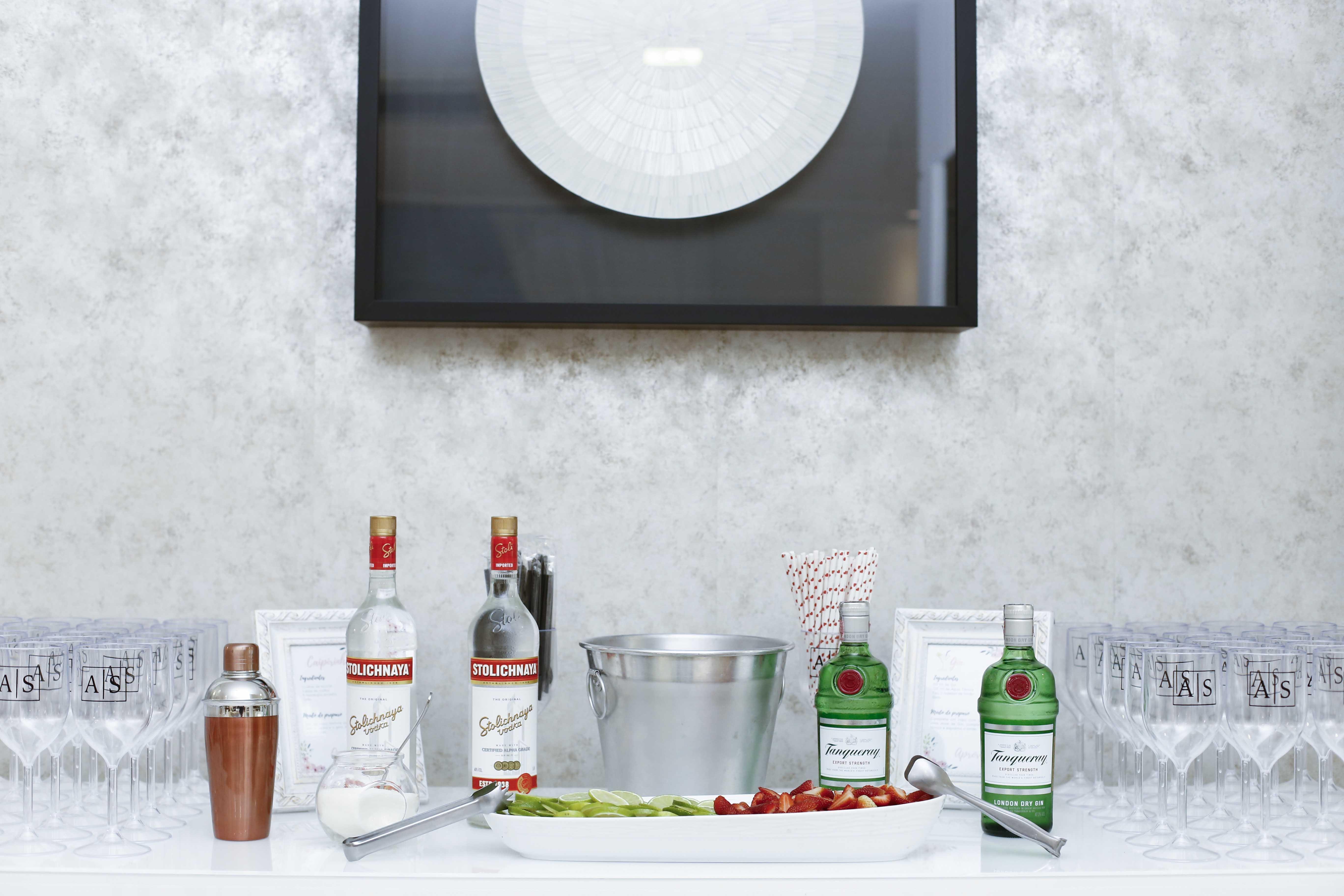 Gratis arkivbilde med alkoholholdige drikkevarer, drinker, flasker, vinglass