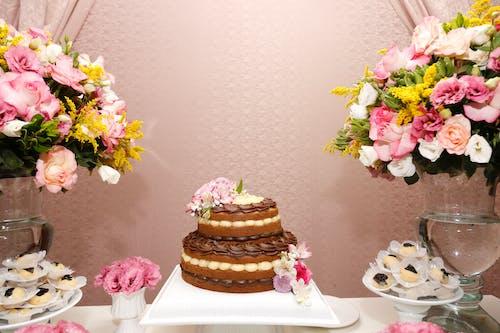 Бесплатное стоковое фото с ваза, кондитерское изделие, лепестки, торт