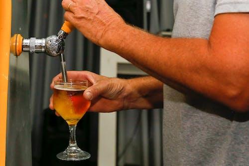 Foto profissional grátis de bebida, copo, copo de vinho, mãos