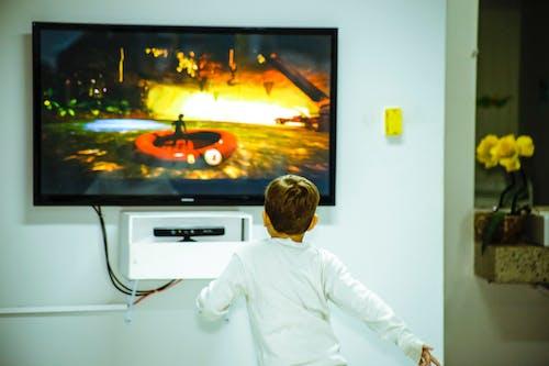 Menino Em Frente A Uma Tv De Tela Plana