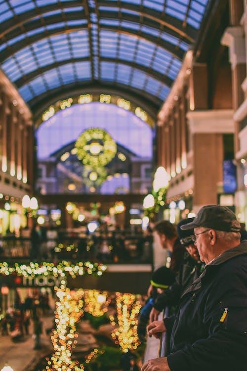 Foto d'estoc gratuïta de adult, arquitectura, ciutat, comprant