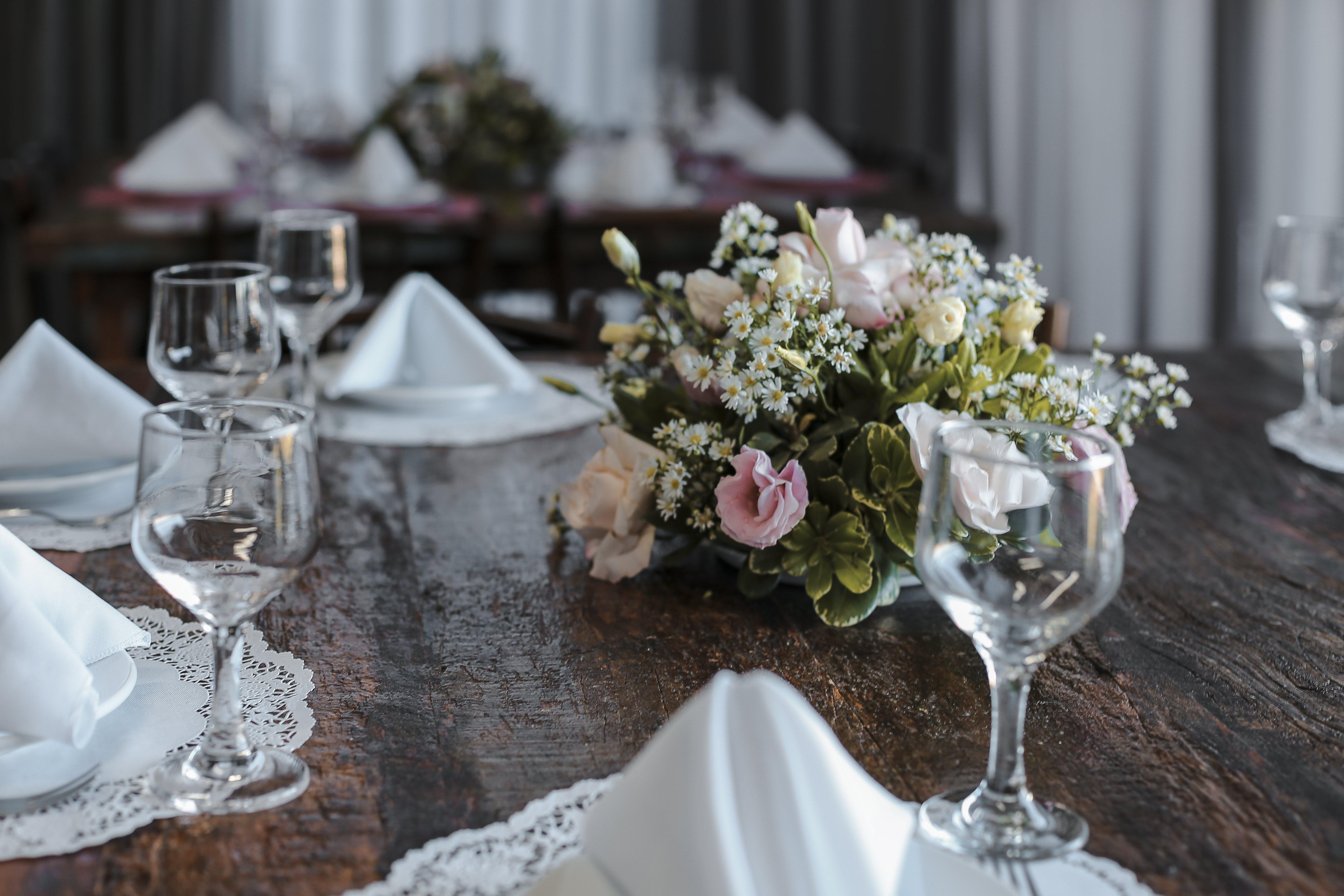 Gratis lagerfoto af blomster, borddækning, Bordservice, elegant