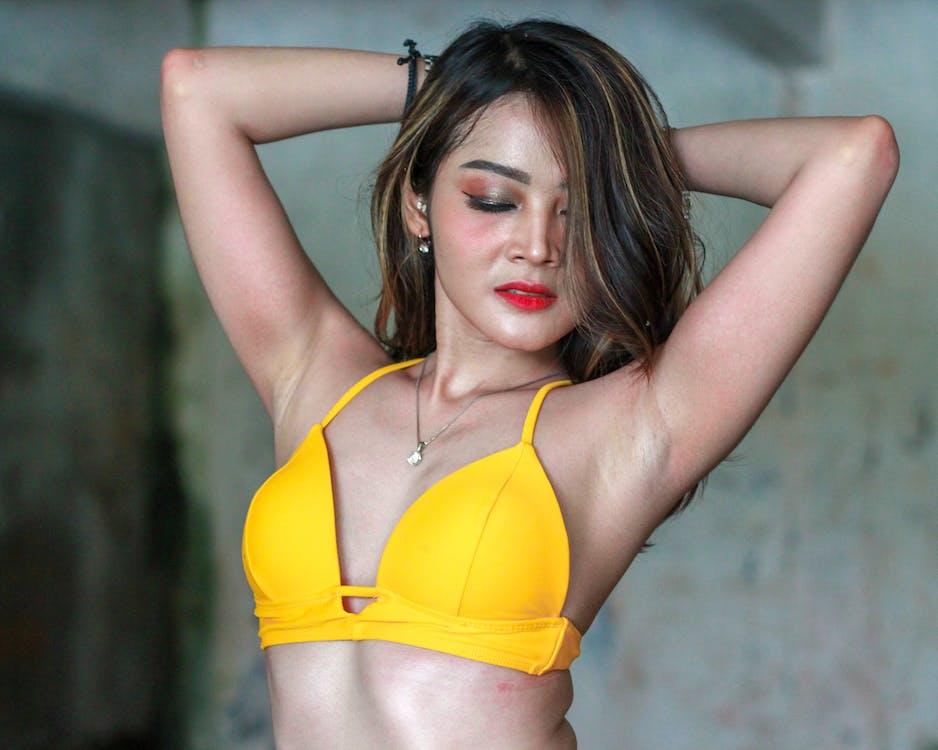 Gratis stockfoto met Aziatische vrouw, bikini, geel