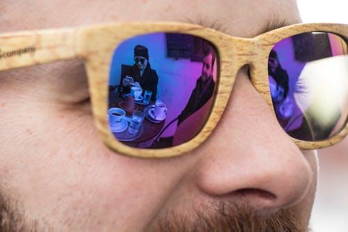 Kostenloses Stock Foto zu blau, blaue sonnenbrille, blaue spiegelung, bunte sonnenbrille