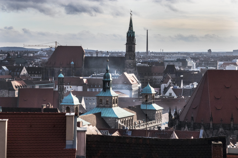 Kostenloses Stock Foto zu altes gebäude, dächer, grün, nürnberg