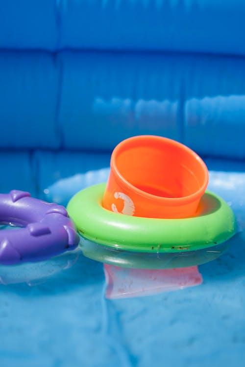 Fotobanka sbezplatnými fotkami na tému batoľatá, hračky, plávanie, stohovacie krúžky