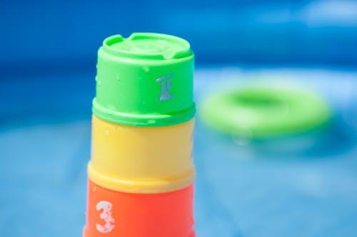 Fotobanka sbezplatnými fotkami na tému bezpečnosť bazéna, hračky, plávanie, stohovacie šálky