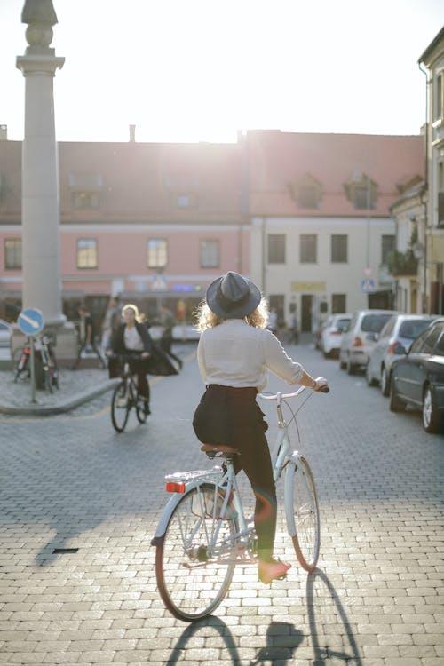 Безкоштовне стокове фото на тему «автомобілі, архітектура, брущатий камінь, будівлі»