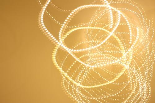 Photos gratuites de guirlande électrique, jaune doré