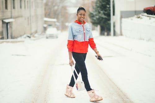 Foto profissional grátis de andando, carcóvia, casaco, com frio