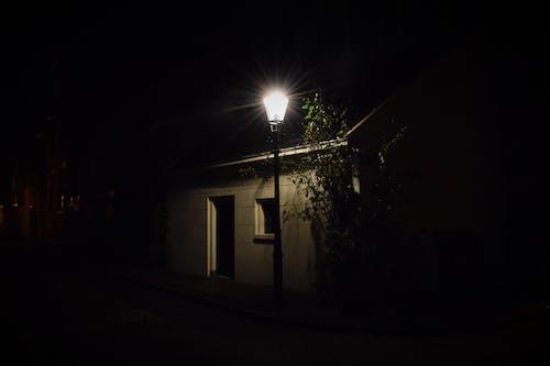 Fotos de stock gratuitas de cabaña, calle de adoquines, calle vacía, invierno