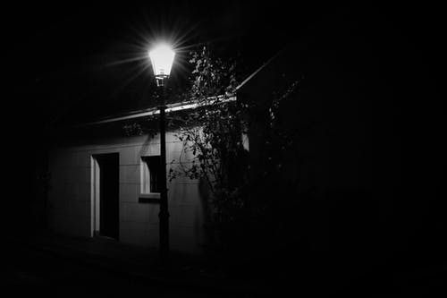 Fotos de stock gratuitas de blanco y negro, cabaña, calle, calle de adoquines
